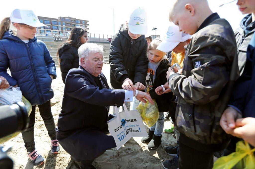 Burgemeester trapt buitenzwem- en strandseizoen af op Scheveningen